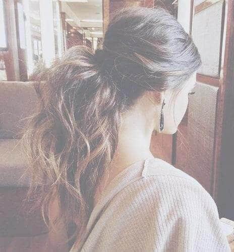 coleta-media-con-cabello-ondulado