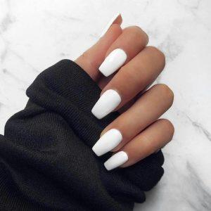 uñas blancas pintadas