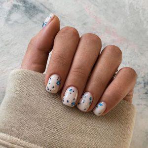 uñas blancas pintitas azules
