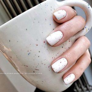 uñas blancas puntos de colores