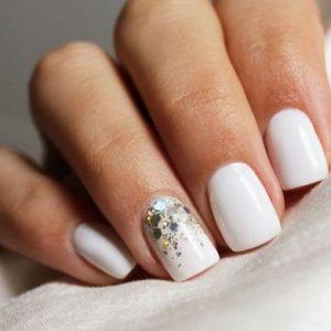 uñas blancas y brillo
