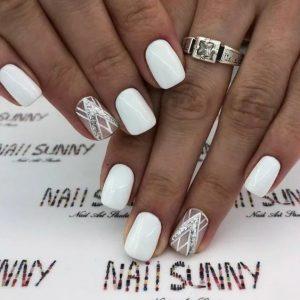 uñas blancas una decorada
