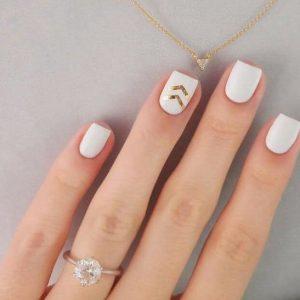 uñas blancas y dorado