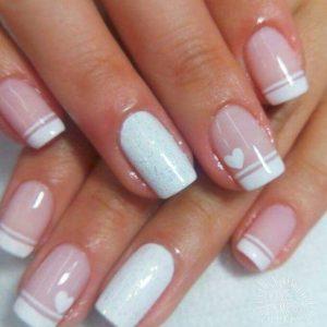 uñas blancas y corazon rosa
