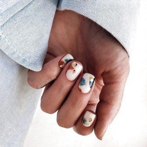 uñas blancas y colores