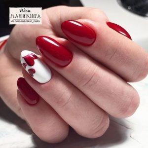 uñas rojas y una blanca con corazon