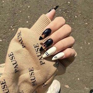 uñas mitad negro y blanco