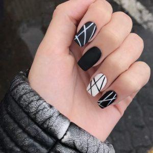 uñas negras con líneas blancas