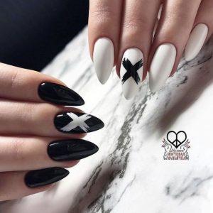 uñas blanco y negro cruz
