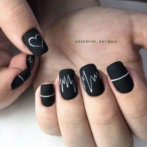 uñas negras y decoracion blanca