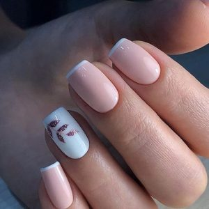 uñas decoradas en blanco y rosa claro