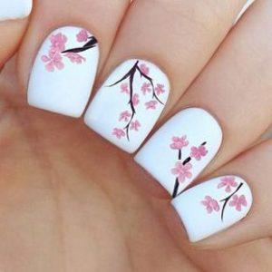 uñas blanco y flores rosas