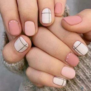 uñas blanco y distintos tonos de rosa