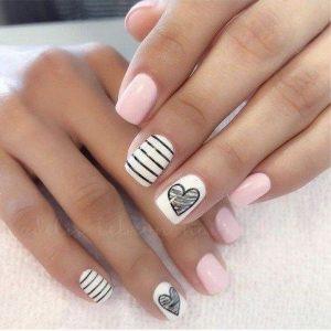 decoracion uñas rosa y blanco con corazon
