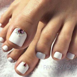 decoracion de uñas de pies en blanaco y brillo