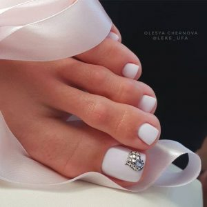 pedicura blanco y brillo