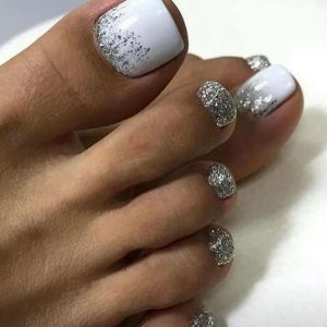pedicura en blanco con toque de brillo