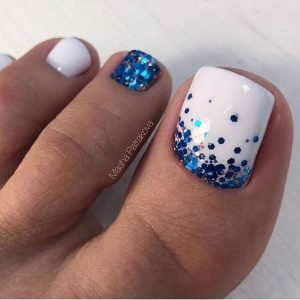 uñas pies en blanco y azul decoradas