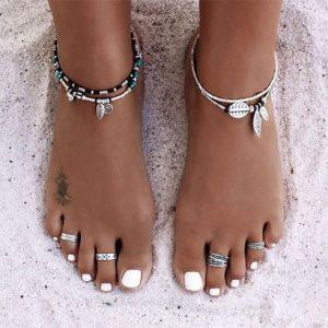 pies con uñas decoradas blancas