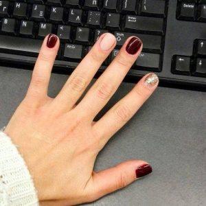 uñas decoradas en color vino