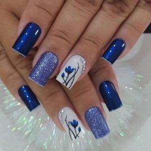 uñas azul con flor y brillo