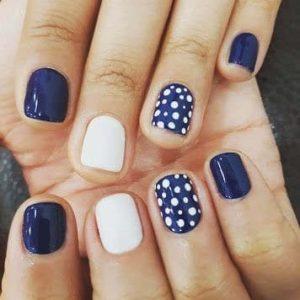 uñas lunares blanco y azul
