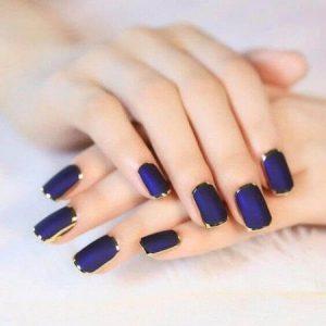 uñas decoradas en azul marino