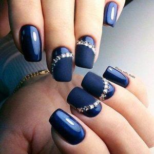 uñas azul marino y perlas