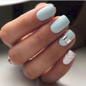 uñas azul pastel blanco