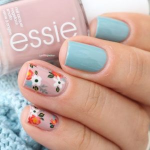 uñas azul pastel flores